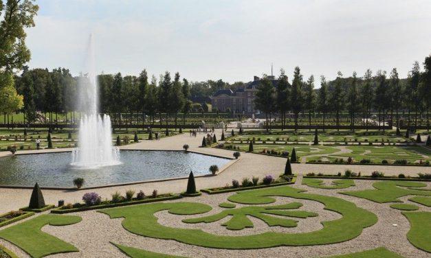 Wandelen in een Nederlandse kasteeltuin